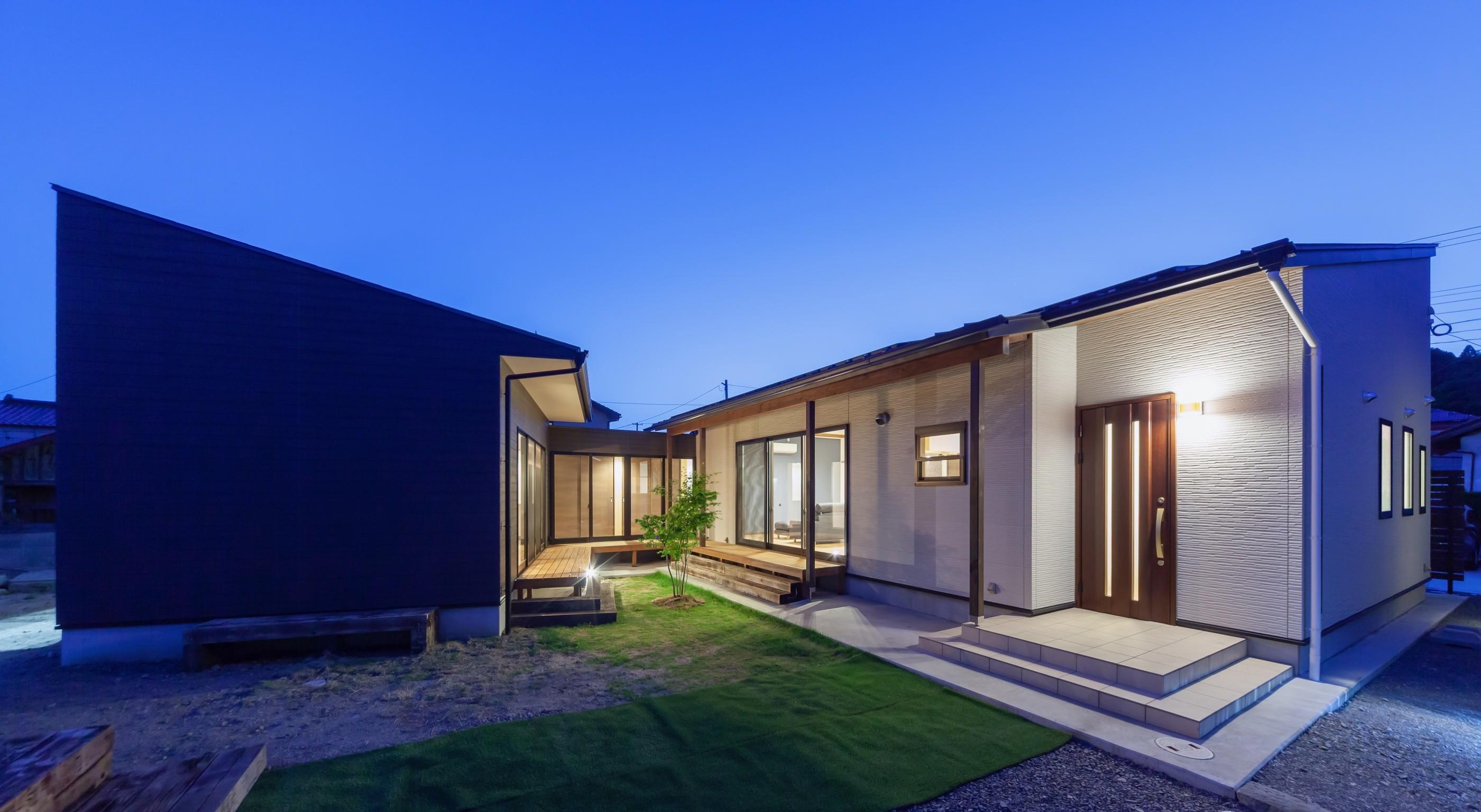 外観事例:中庭(夜景)(須賀川・今泉のリノベーション)