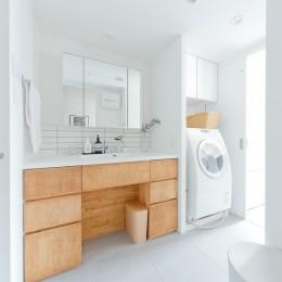 やさしい色が心地良いスカンジナビアスタイル (洗面室)