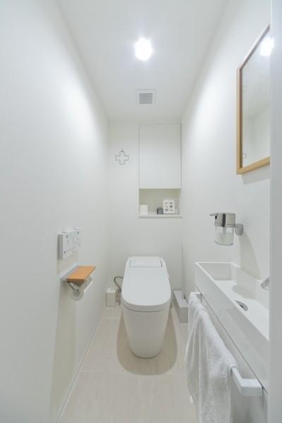 トイレ (やさしい色が心地良いスカンジナビアスタイル)