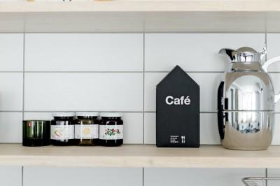キッチン棚 (やさしい色が心地良いスカンジナビアスタイル)