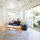 素材にこだわったシンプルなお家の写真 リビング