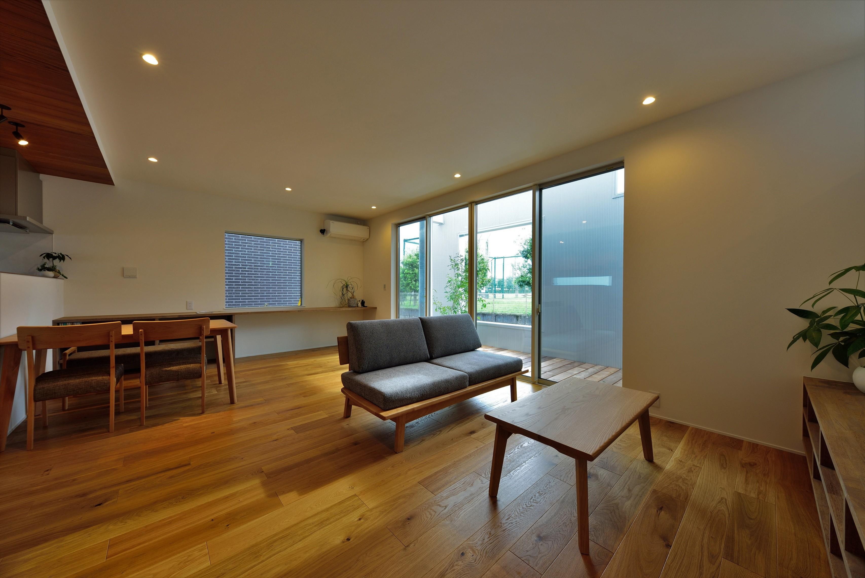 リビングダイニング事例:リビング(二重の壁をもつプライベートを確保した家(唐崎の家))