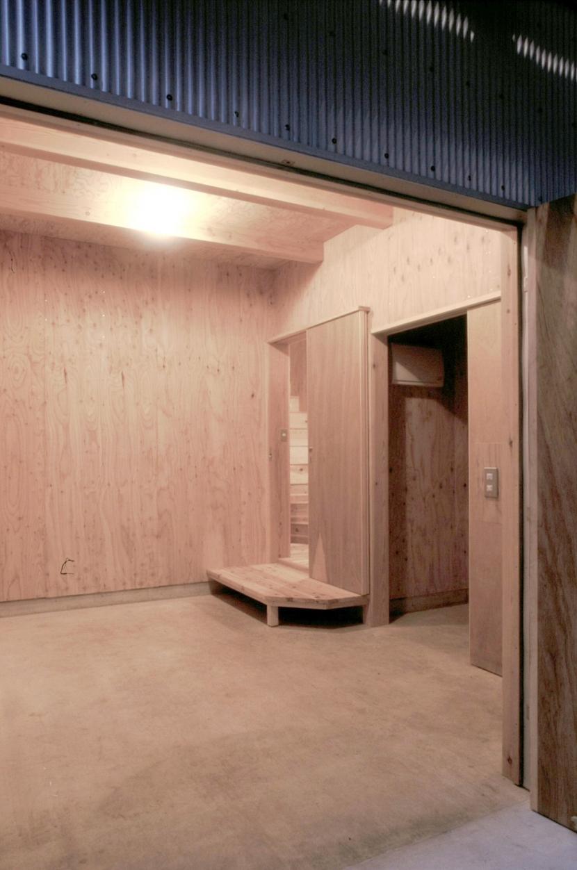 小石川植物園と向き合う家/Niさんの家の写真 1階土間ガレージ