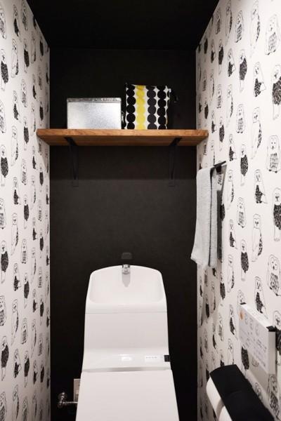 ふくろうのいるトイレ (生活の動線を考え抜いたからこそのクローゼットと、センスが貫かれたカラーリング。)