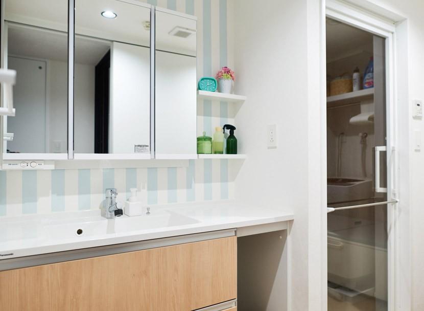 バス/トイレ事例:洗面はさわやかな太目ストライプの壁紙(生活の動線を考え抜いたからこそのクローゼットと、センスが貫かれたカラーリング。)
