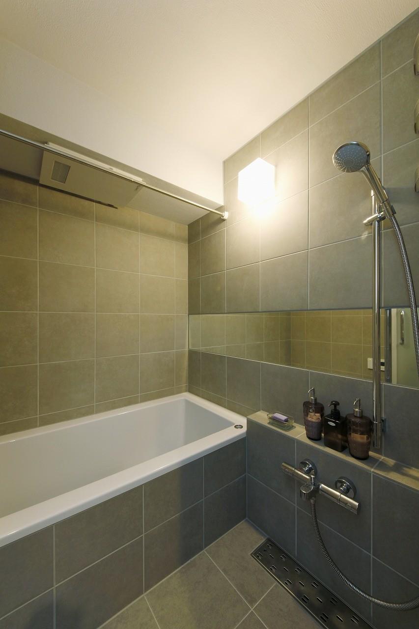 バス/トイレ事例:バスルーム(スタイリッシュな家)