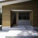 木立の中の家の写真 入り口