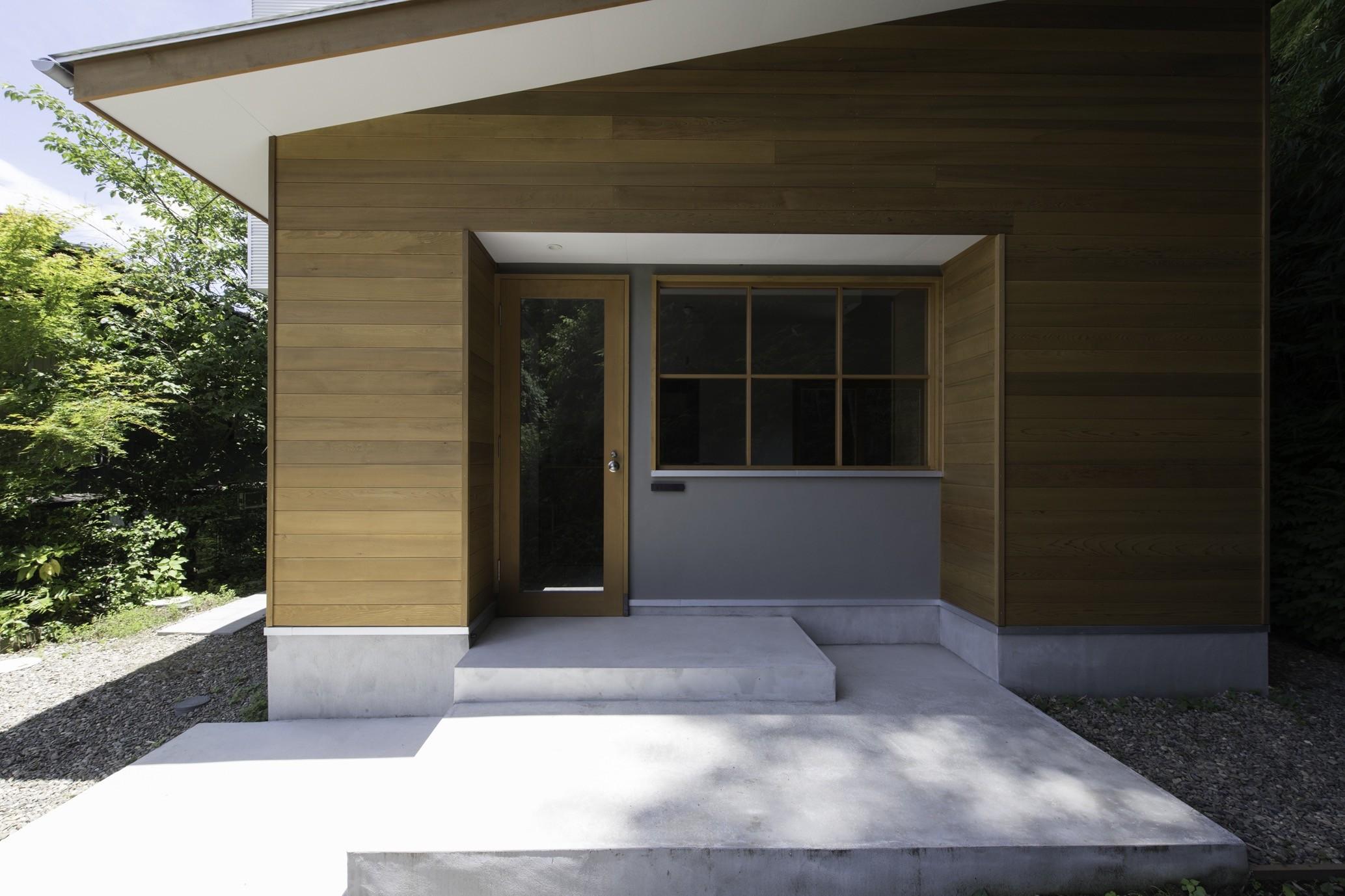外観事例:入り口(木立の中の家)