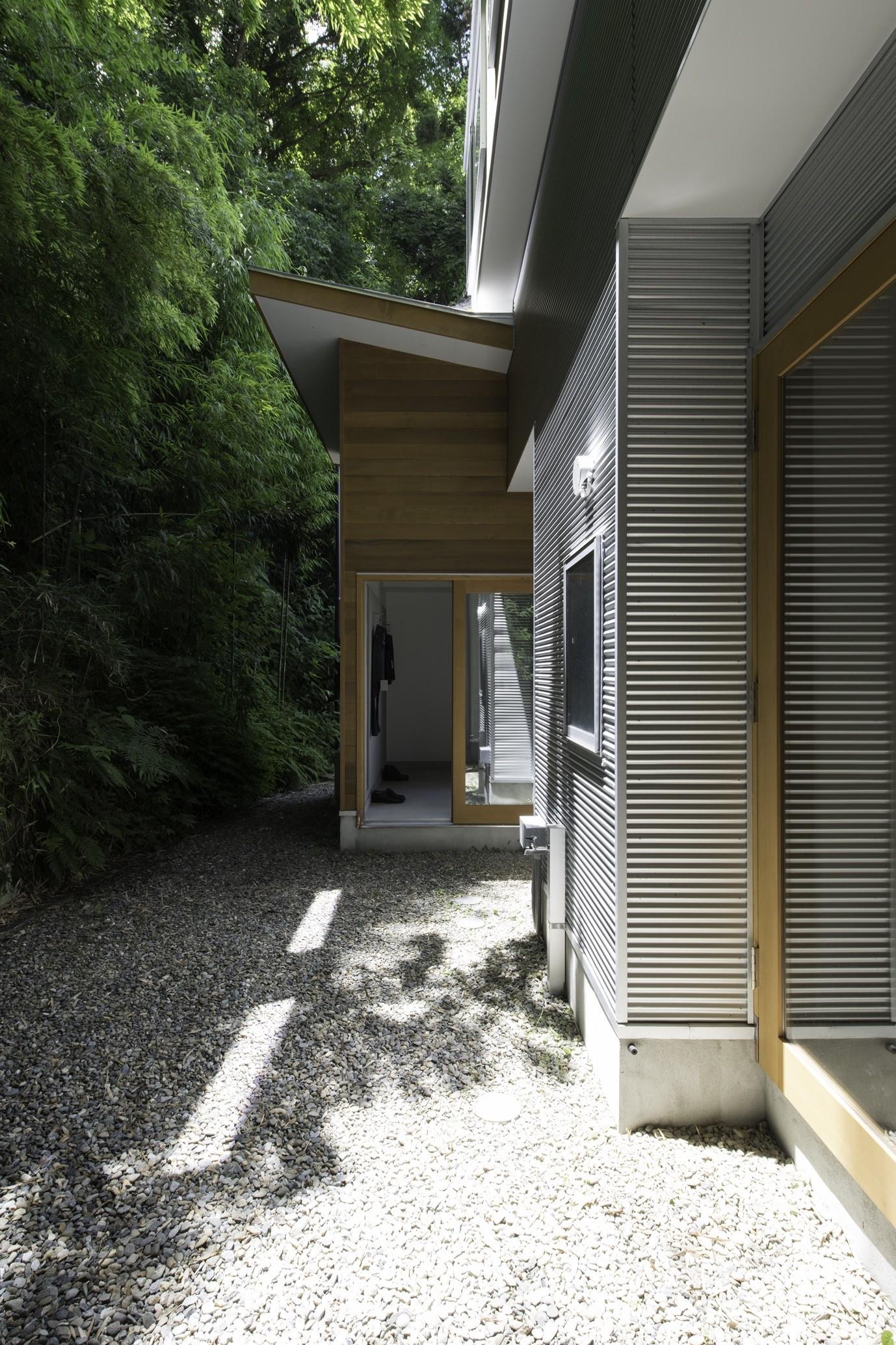 アウトドア事例:庭(木立の中の家)
