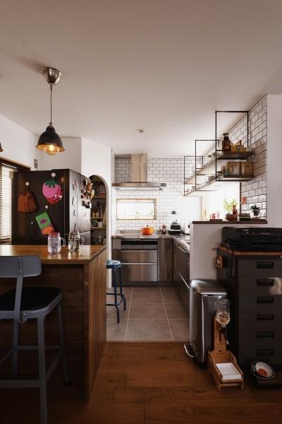 キッチン (O邸_木の温もり感じるアメリカンレトロスタイル)