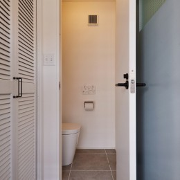 木の温もり感じるアメリカンレトロスタイル (トイレ)
