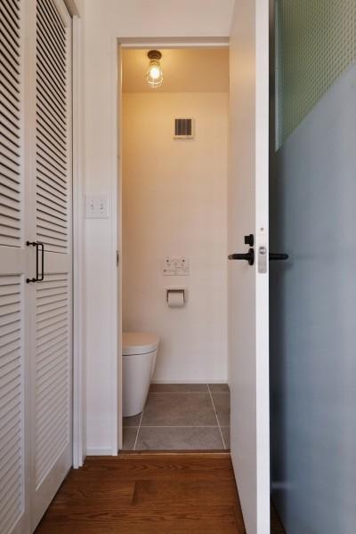 トイレ (O邸_木の温もり感じるアメリカンレトロスタイル)