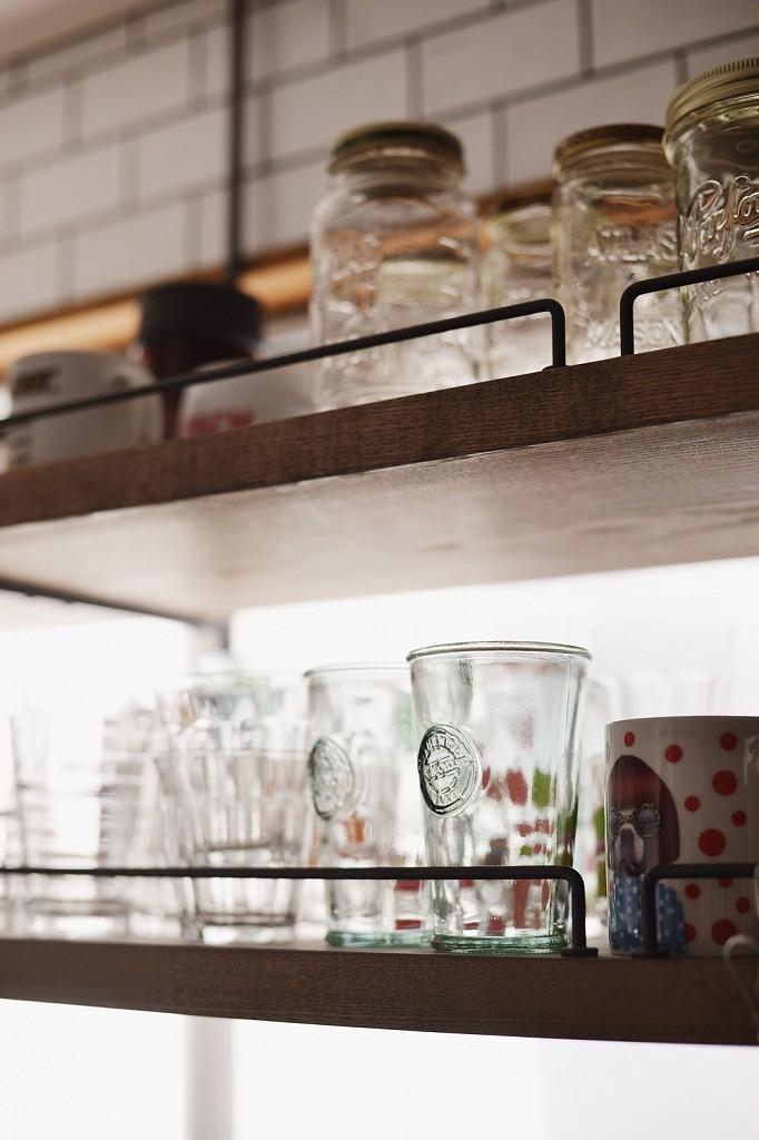 キッチン事例:吊り戸(木の温もり感じるアメリカンレトロスタイル)