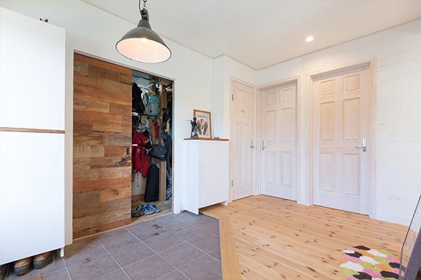 玄関事例:玄関 ~広々とした土間収納~(葉山の自然と調和する家)