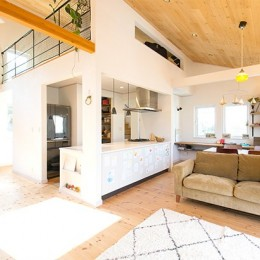 開放感のあるリビング空間 (葉山の自然と調和する家)