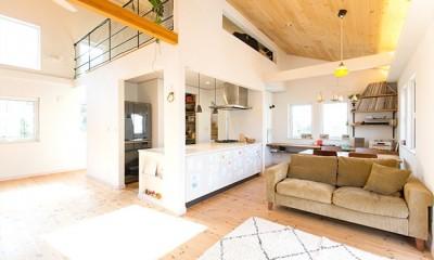葉山の自然と調和する家 (開放感のあるリビング空間)