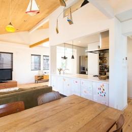 葉山の自然と調和する家 (広がりのあるダイニングキッチン)