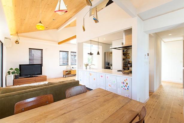 キッチン事例:広がりのあるダイニングキッチン(葉山の自然と調和する家)
