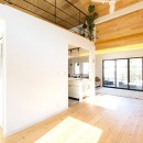 葉山の自然と調和する家の写真 リビングダイニングから書斎へ