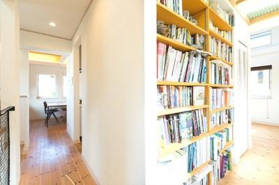 書斎からおこもり部屋へ (葉山の自然と調和する家)