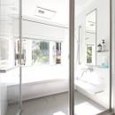 葉山の自然と調和する家の写真 明るく開放感のあるバスルーム