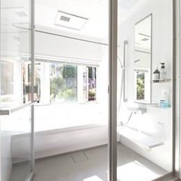 葉山の自然と調和する家 (明るく開放感のあるバスルーム)