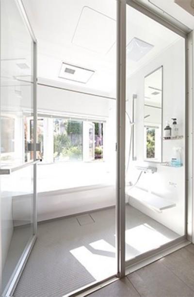明るく開放感のあるバスルーム (葉山の自然と調和する家)