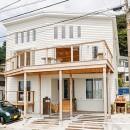 目の前の海風がよく入り、海を感じてのんびりとくつろげる家の写真 白を基調とした西海岸風テイストの外観