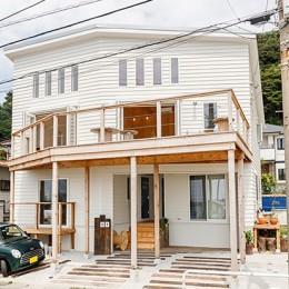 目の前の海風がよく入り、海を感じてのんびりとくつろげる家 (白を基調とした西海岸風テイストの外観)