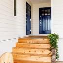 目の前の海風がよく入り、海を感じてのんびりとくつろげる家の写真 ドアの色が素敵な玄関アプローチ