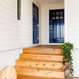 目の前の海風がよく入り、海を感じてのんびりとくつろげる家 (ドアの色が素敵な玄関アプローチ)