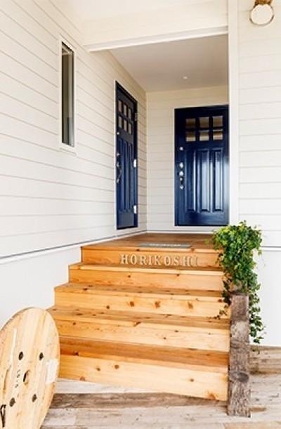 ドアの色が素敵な玄関アプローチ (目の前の海風がよく入り、海を感じてのんびりとくつろげる家)