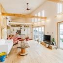 目の前の海風がよく入り、海を感じてのんびりとくつろげる家の写真 開放感のあるリビングダイニング