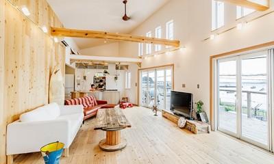 目の前の海風がよく入り、海を感じてのんびりとくつろげる家 (開放感のあるリビングダイニング)
