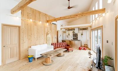 目の前の海風がよく入り、海を感じてのんびりとくつろげる家 (趣味がふんだんに盛り込まれた木のぬくもりを感じられるリビング)