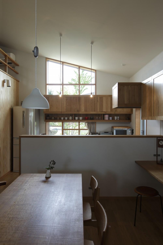 ダイニングキッチン (自然体で暮らす平屋~光・風・緑を取り込む家~)