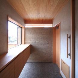 自然の恵みと暮らす家 (玄関)