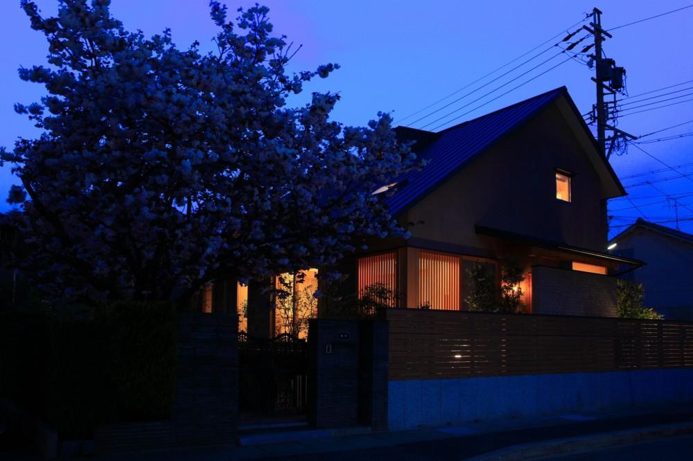 自然の恵みと暮らす家 (夕景)