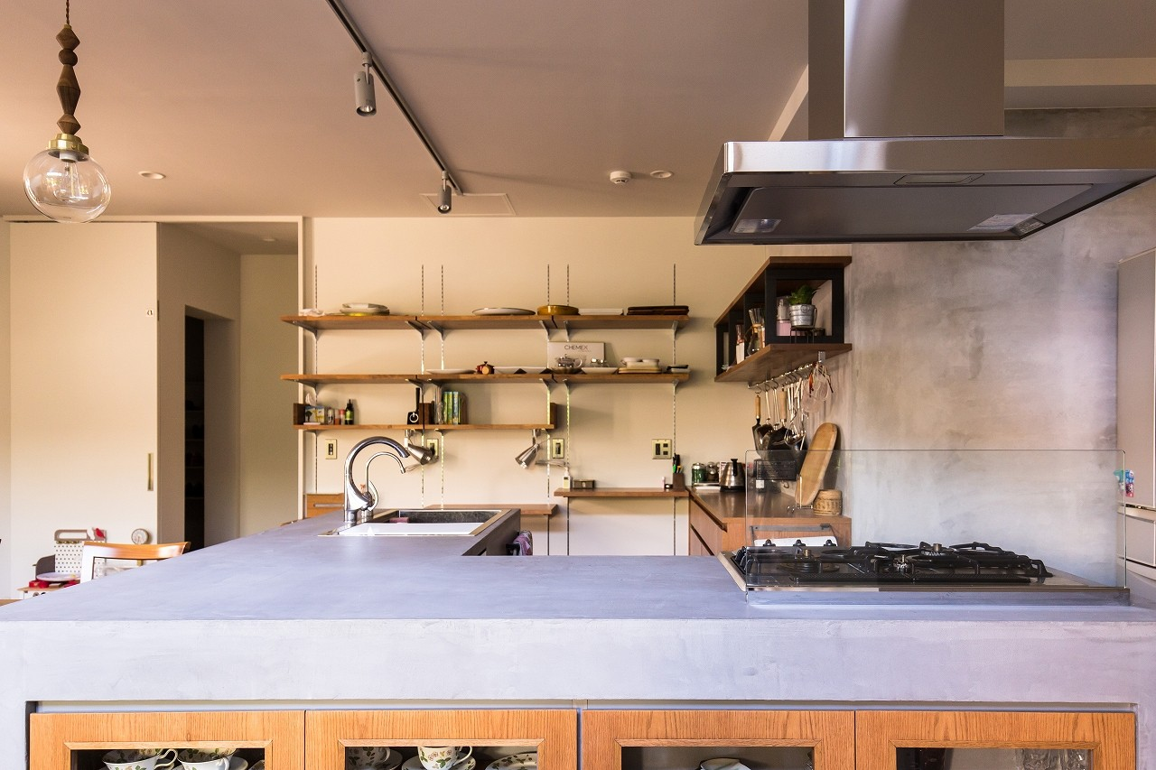 リビングダイニング事例:モールテックス(キッチン)(Madagasucar~大空間で贅沢アレコレ。鉄筋コンクリート造の戸建てリノベ~)
