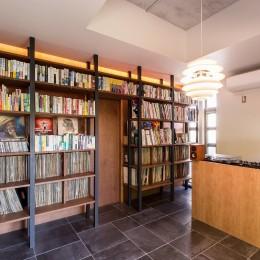 音楽室(右部:ターンテーブル、左部:2000枚のレコード収納) (Madagasucar~大空間で贅沢アレコレ。鉄筋コンクリート造の戸建てリノベ~)