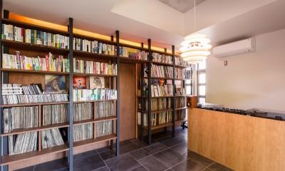 Madagasucar~大空間で贅沢アレコレ。鉄筋コンクリート造の戸建てリノベ~ (音楽室(右部:ターンテーブル、左部:2000枚のレコード収納))