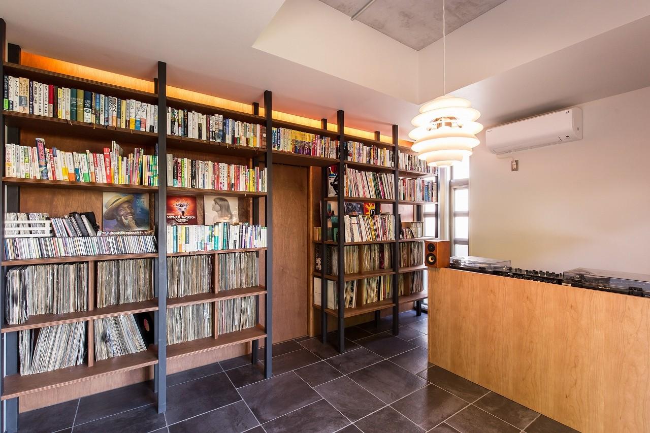 その他事例:音楽室(右部:ターンテーブル、左部:2000枚のレコード収納)(Madagasucar~大空間で贅沢アレコレ。鉄筋コンクリート造の戸建てリノベ~)
