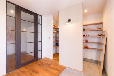 玄関 (Madagasucar~大空間で贅沢アレコレ。鉄筋コンクリート造の戸建てリノベ~)