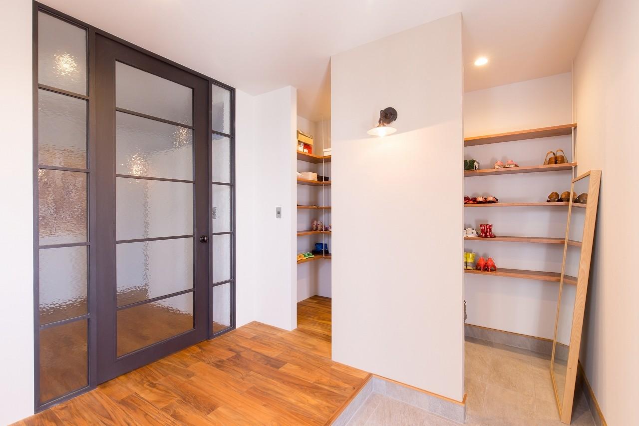 玄関事例:玄関(Madagasucar~大空間で贅沢アレコレ。鉄筋コンクリート造の戸建てリノベ~)