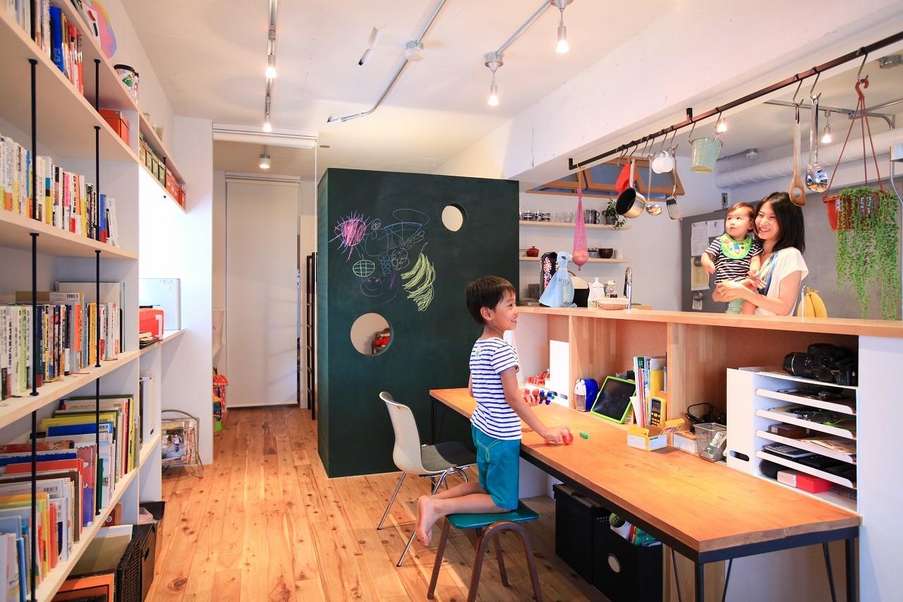 キッチン事例:キッチン&勉強机(AME TO MUCHI~「あそび」と「まなび」が隣り合う、子供との毎日が楽しい住まい。~)