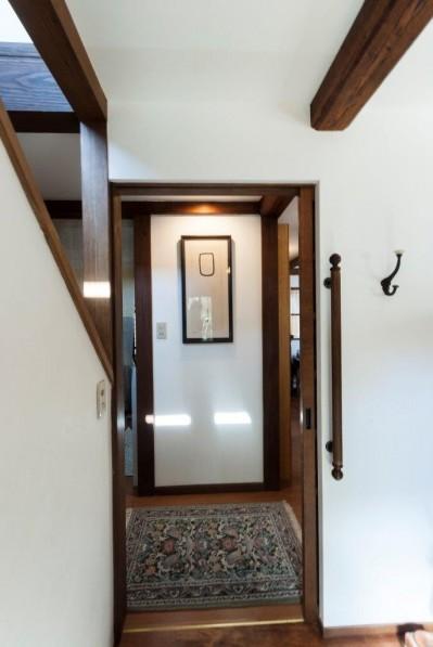 玄関ホール (古民家移築のゲストルームを住宅に/歴梁)