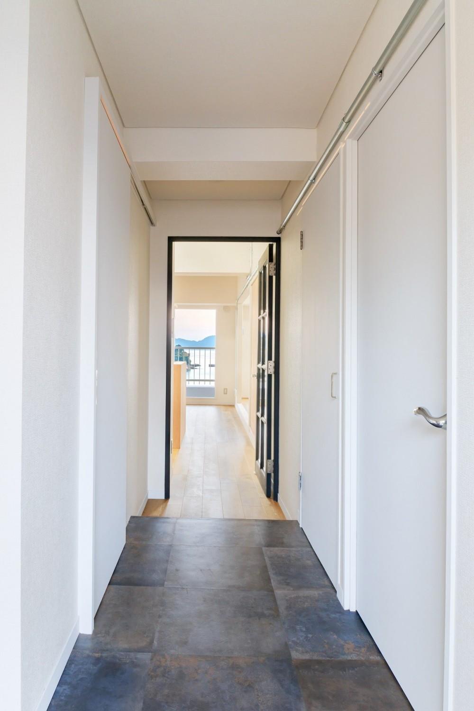 海を眺めて暮らす家 (廊下)