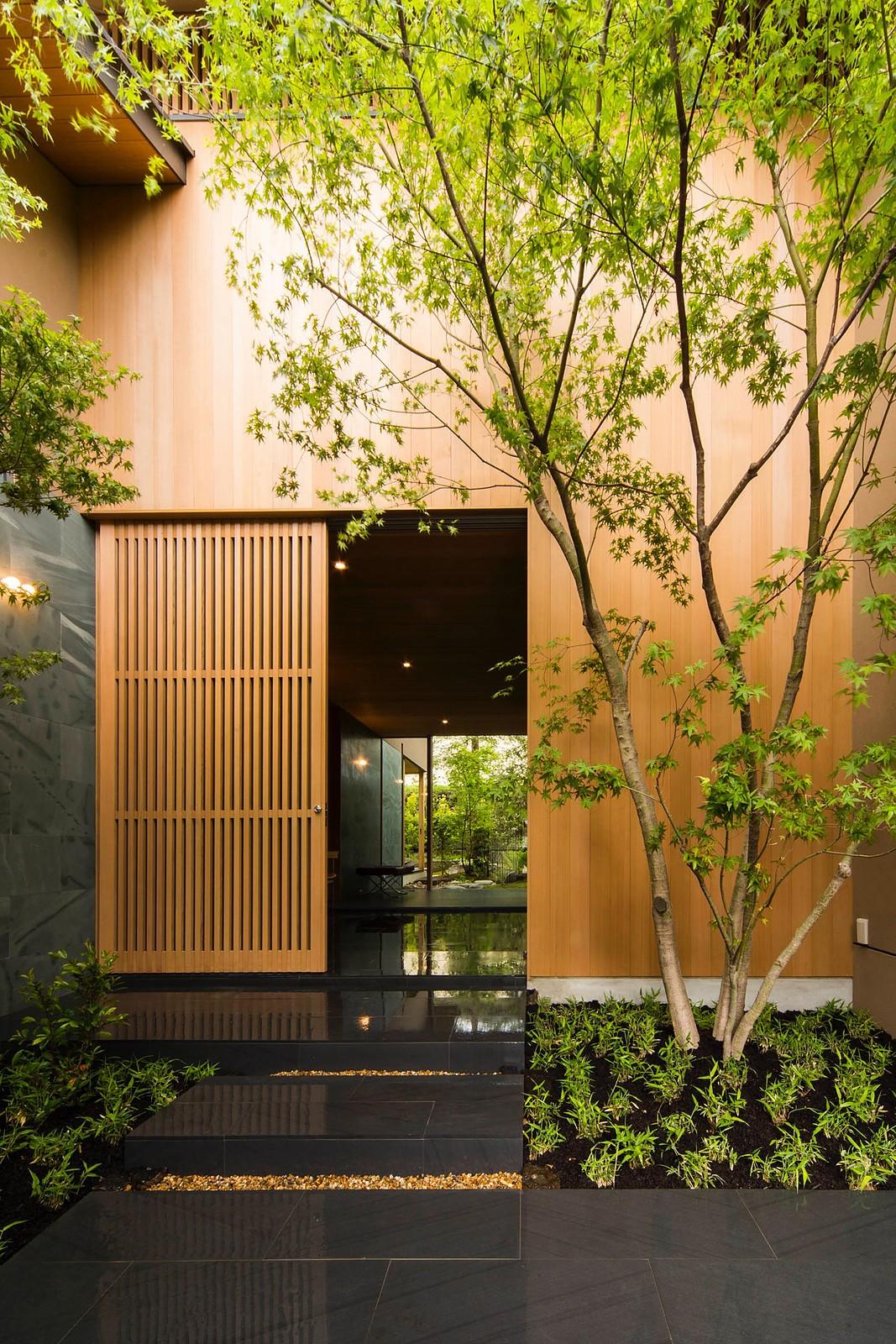 玄関事例:アプローチ(奈良の住宅)