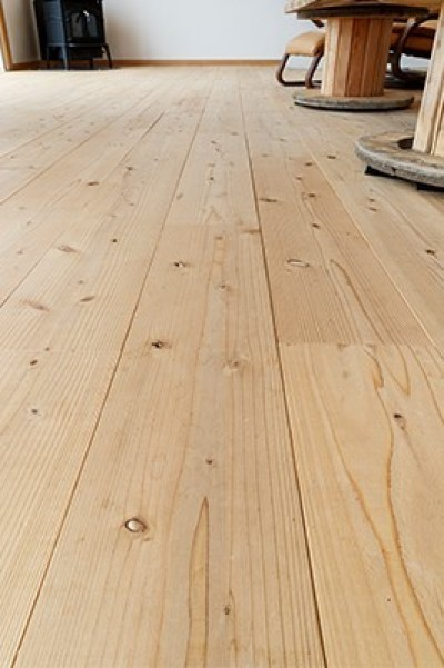 床材 (目の前の海風がよく入り、海を感じてのんびりとくつろげる家)