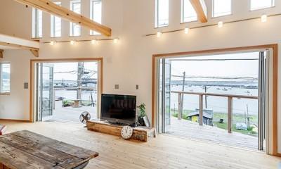 目の前の海風がよく入り、海を感じてのんびりとくつろげる家 (リビングからのオーシャンビュー)